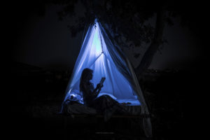 Alessia Scarso fotografa Tenda lettura libro paesaggio notturno