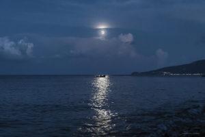 Astrofotografa Alessia Scarso astrofotografia paesaggio notturno luna mare barca isola di Salina