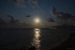 Astrofotografa Alessia Scarso astrofotografia paesaggio notturno luna mare isola barca di Salina eolie