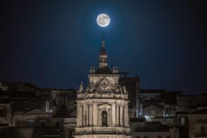 Astrofotografa Alessia Scarso astrofotografia paesaggio notturno luna piena chiesa san giorgio modica barocco unesco