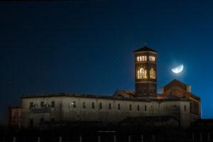 Astrofotografa Alessia Scarso astrofotografia paesaggio notturno cielo stellato luna chiesa santa maria goretti Nettuno