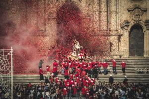 Alessia Scarso fotografa Folklore Uscita S. Giorgio Patrono festa religiosa Modica folla di fedeli