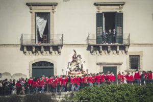 Alessia Scarso fotografa Folklore processione balconi S. Giorgio Patrono festa religiosa Modica folla di fedeli