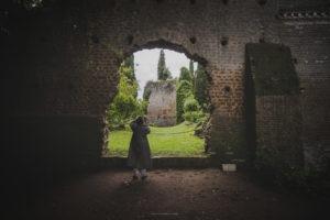 Alessia Scarso fotografa Giardino di Ninfa rudere di chiesa