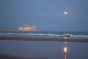 Alessia Scarso astrofotografa astrofotografia luna piena maganuco Modica mare porto di Pozzallo