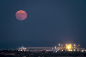 Alessia Scarso astrofotografa astrofotografia luna piena mare porto di Pozzallo