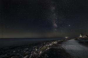Alessia Scarso astrofotografa astrofotografia cielo stellato via lattea paesaggio notturno lungomare