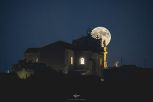Alessia Scarso astrofotografa astrofotografia luna piena chiesa modica