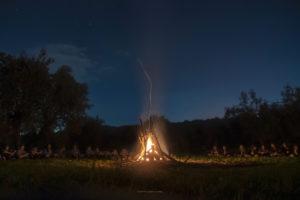 Alessia Scarso astrofotografa astrofotografia fuoco bivacco scout paesaggio notturno
