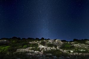 Astrofotografa Alessia Scarso astrofotografia cielo stellato sul paesaggio della Necropoli di Zimmardo Bellamagna a Modica