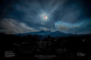 Eclissi di luna sull'Etna