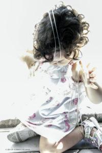 Alessia Scarso fotografa Fotografia ritratto Bambina piccola gioca con tenda