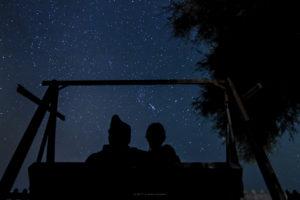 Alessia Scarso Astrofotografa astrofotografia Cielo stellato a Porto Ulisse Ispica con silhouette dondolo