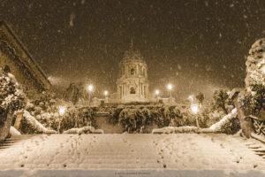 Alessia Scarso fotografa Il Duomo di San Giorgio di Modica innevato durante la nevicata della notte di Capodanno 2015