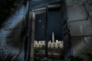 Astrofotografa Alessia Scarso astrofotografia Sguardo dalla finestra su via Lattea e congiunzione di Marte con luna in eclissi totale sulla Fornace Penna, archeologia industriale a Sampieri, Scicli, conosciuta come stabilimento bruciato o come Mannara di Montalbano