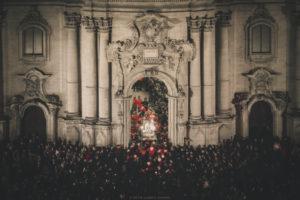 Alessia Scarso fotografa Folklore S. Giorgio Patrono rientra dopo la festa religiosa nella Chiesa di Modica accompagnato da una folla di fedeli
