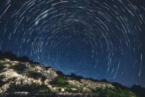 Astrofotografa Alessia Scarso astrofotografia Startail sul paesaggio della Necropoli di Zimmardo Bellamagna a Modica
