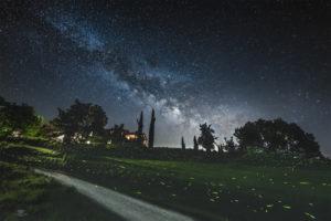 Astrofotografa Alessia Scarso astrofotografia lucciole su paesaggio notturno sotto la via lattea casale umbria